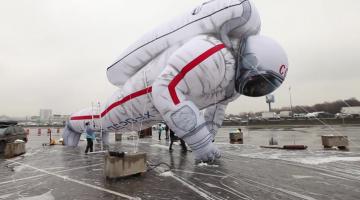 Над Москвой летает космонавт размером с 6-этажный дом
