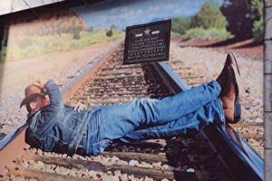 В Кургане баннер с рекламой джинсов повесили на мемориальную доску ветерану
