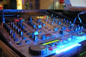 Финансовые компании снизили объемы затрат на размещение радиорекламы