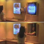 Умное зеркало показывает рекламу в туалетах