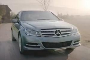 В неофициальной рекламе Mercedes сбивает юного Гитлера