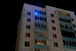 В Омске наловчились делать рекламу лазером с балкона многоэтажки