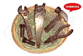Набор инструментов для слесаря из шоколада в корзине