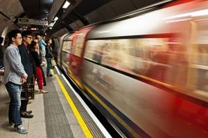Оскорбившую полных людей рекламу о «пляжном теле» уберут из метро