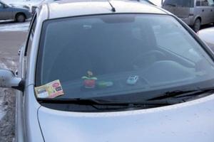 Раскладка листовок под дворники автомобилей