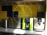 Устройство для очистки воды TrioBar по своим габаритам отлично вписыватся в комплект имеющихся кухонных агрегатов.