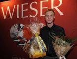 Алексей Гоман получает подарки от алкогольного партнера компании Бизнес Траст и Маркуса Визера (австрийский шнапс-напиток высоко