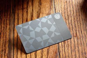 Сеть кофеен Starbucks выпустила подарочные карты из стали