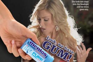 В рекламе Mentos прикрыли неприличные места жвачкой