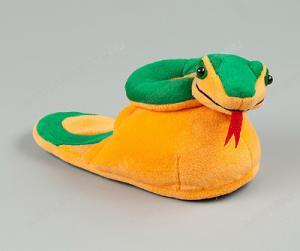Новогодние подарки для клиентов - тапочки-змеи и пледы в виде символа года