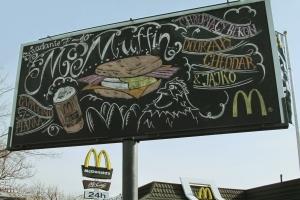 Рекламу McDonald's рисуют каждый день