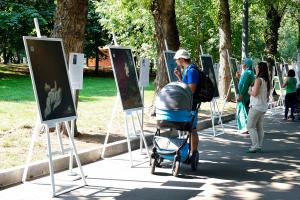 Leo Burnett Moscow и фонд «Волонтёры в помощь детям-сиротам» оставили детей с известных картин без мам