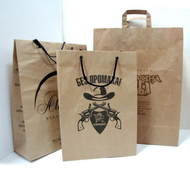 Изготовление, печать и сборка фирменных пакетов из бумаги частично автоматизирована, частично производится вручную.