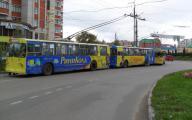 Реклама на троллейбусах старого образца до сих пор актуальна.
