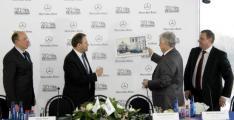 Юрген Зауэр вручает подарок Вячеславу Бурлакову