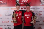 Капитаны-победители: Дмитрий Пчелинцев, команда «Господа» (слева) и Дмитрий Шохин «Девятка», с Кубками Лиги KFC по мини-футболу.